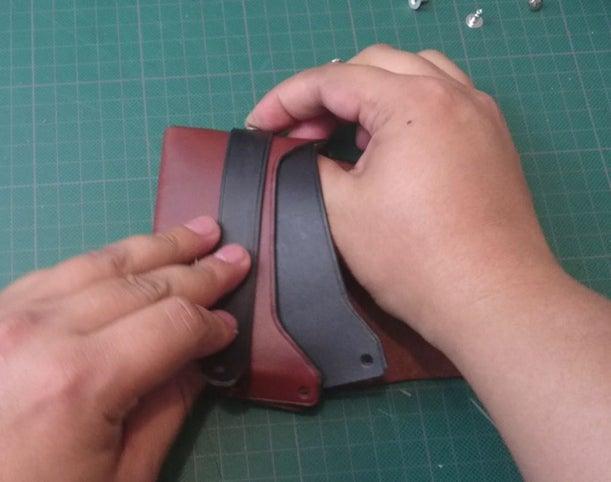 使用剩余的铆钉安装口袋和皮带。